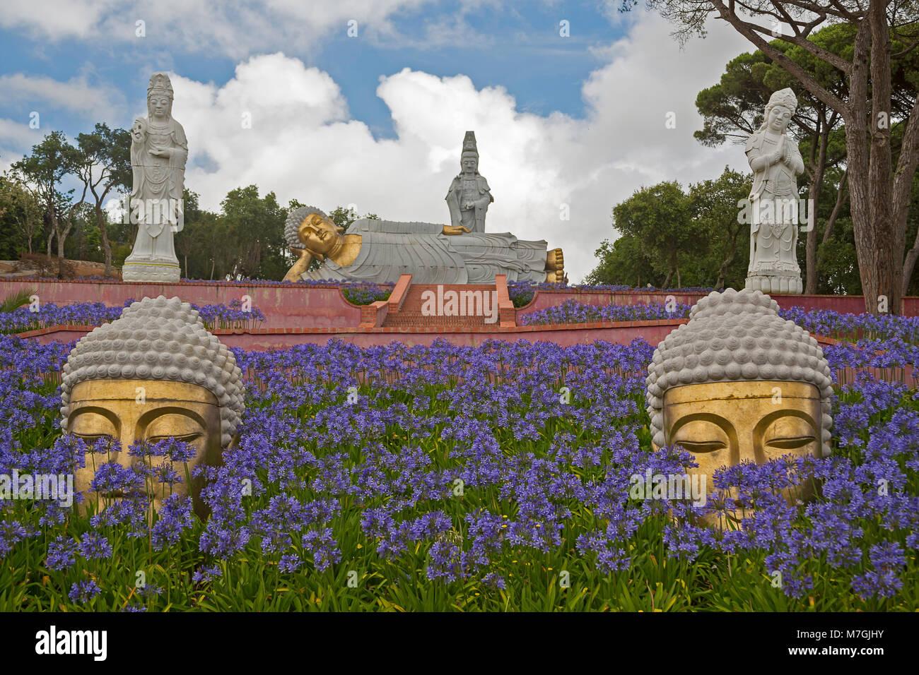 El Buddha Eden Garden es de 35 hectáreas (86 acres) de los campos naturales, lagos, jardines cuidados a una hora al norte de Lisboa. Los Budas, pagodas, terracota sta. Foto de stock