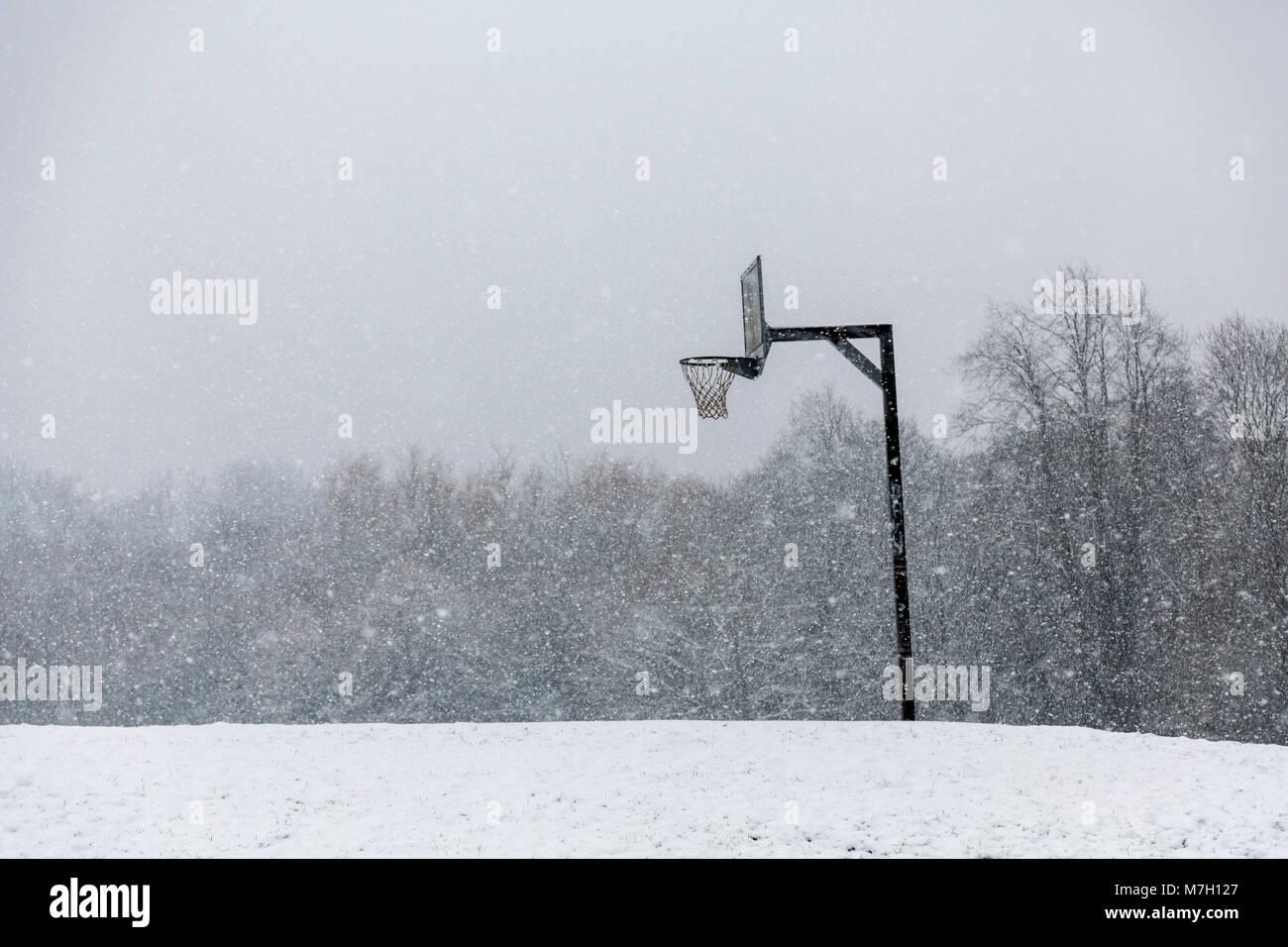 Cancha de baloncesto en la nieve. Imagen De Stock