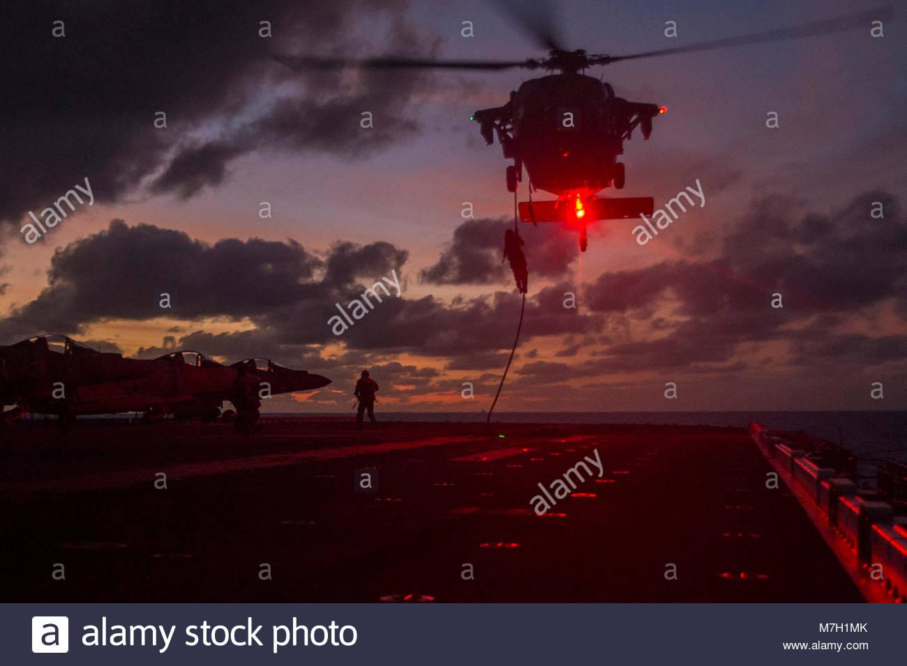 Sikorsky MH-60S Sea Hawk. Mar de Coral (25 de junio de 2017), los infantes de Marina asignados a la 31ª Unidad Imagen De Stock