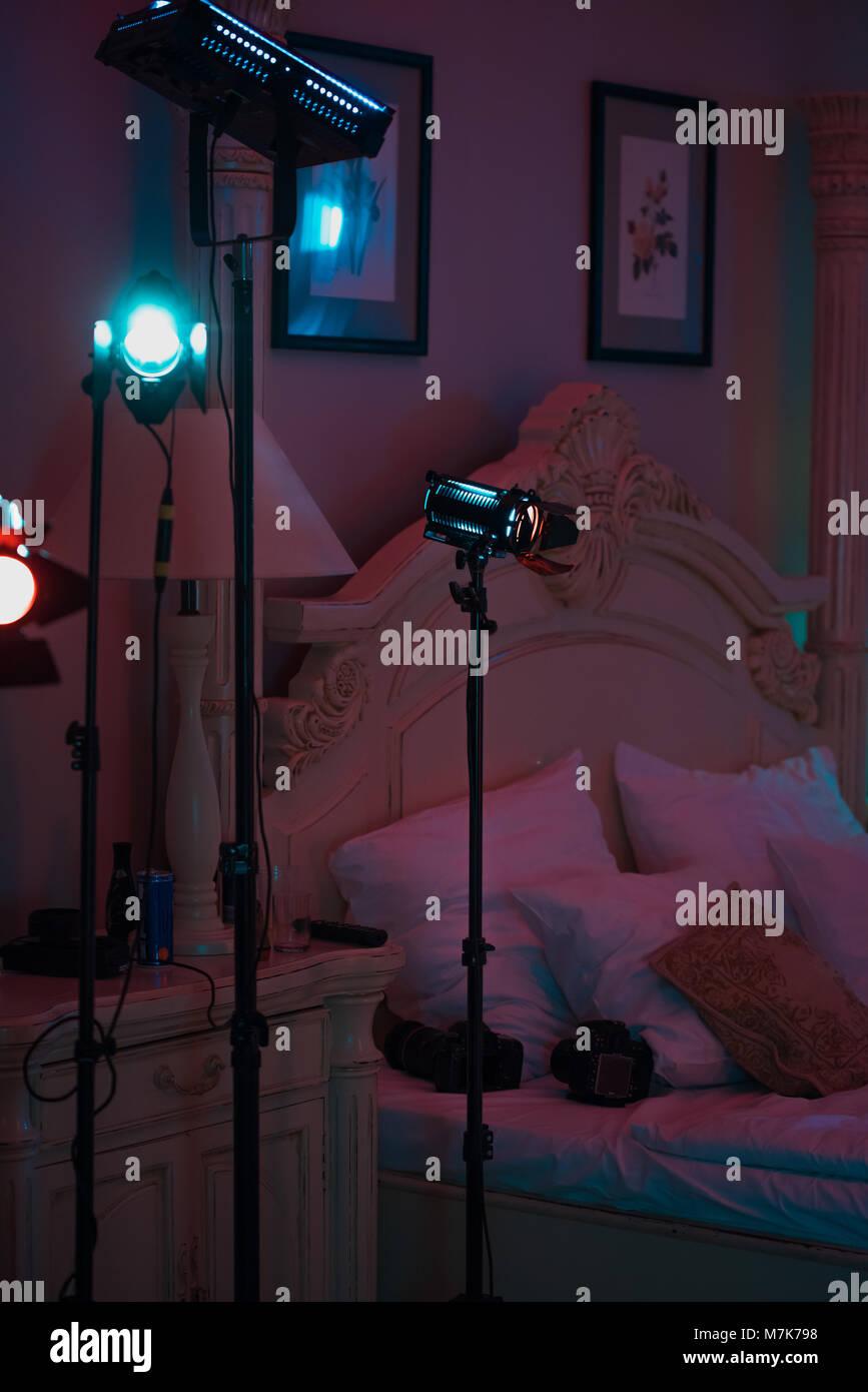 Lámparas de cine profesional con luz continua de pie en el cuarto ...