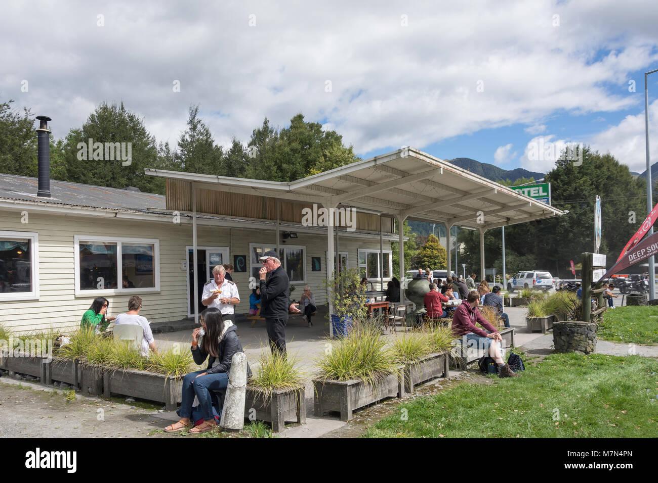 Alpine Motor Inn & Cafe, muelles, cruce la autopista estatal 7, Maruia, región de la Costa Oeste, Nueva Zelanda Foto de stock