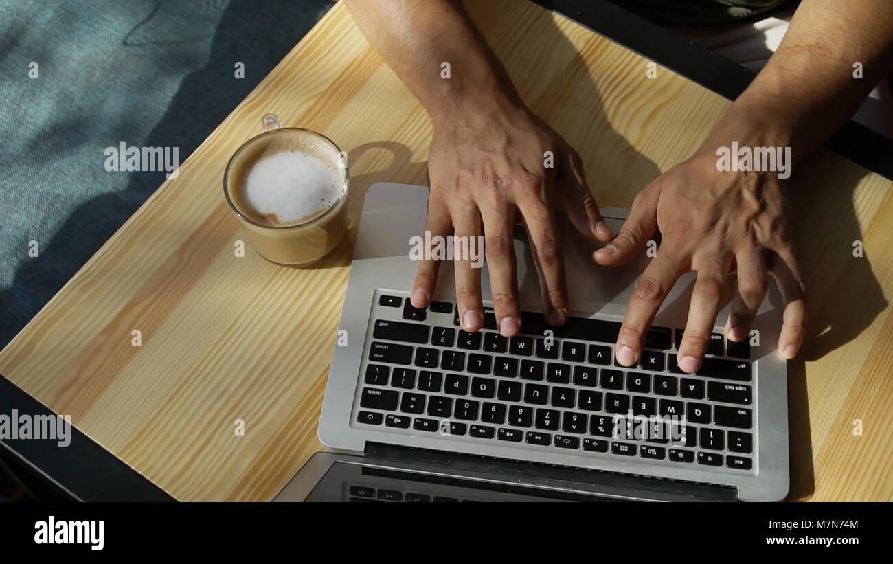Crítico utiliza un portátil para el trabajo. Imagen De Stock