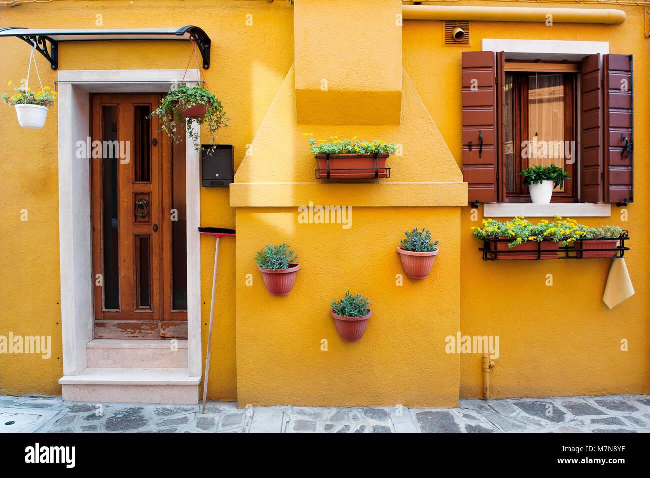 Característico color amarillo de la fachada de la casa en la isla de Burano, Venecia, Italia, Europa Imagen De Stock