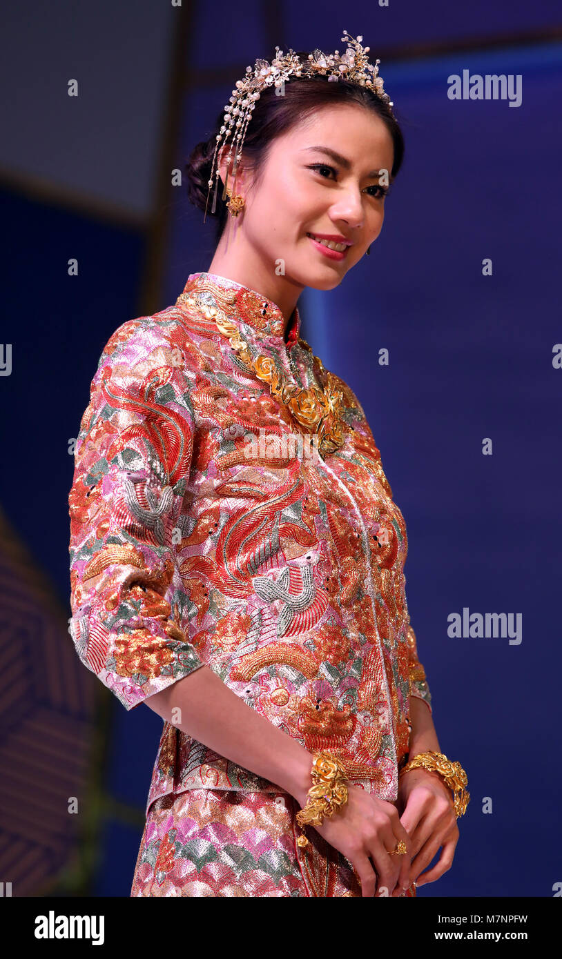 Chinese Wedding Dress Imágenes De Stock & Chinese Wedding Dress ...