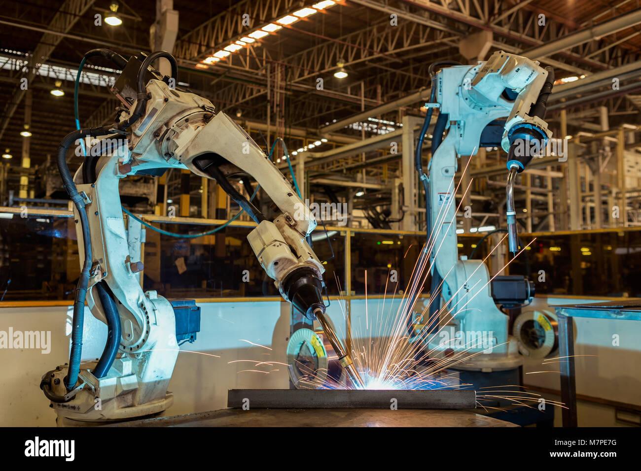 Equipo de soldadura son robots en la fábrica de automóviles Foto de stock