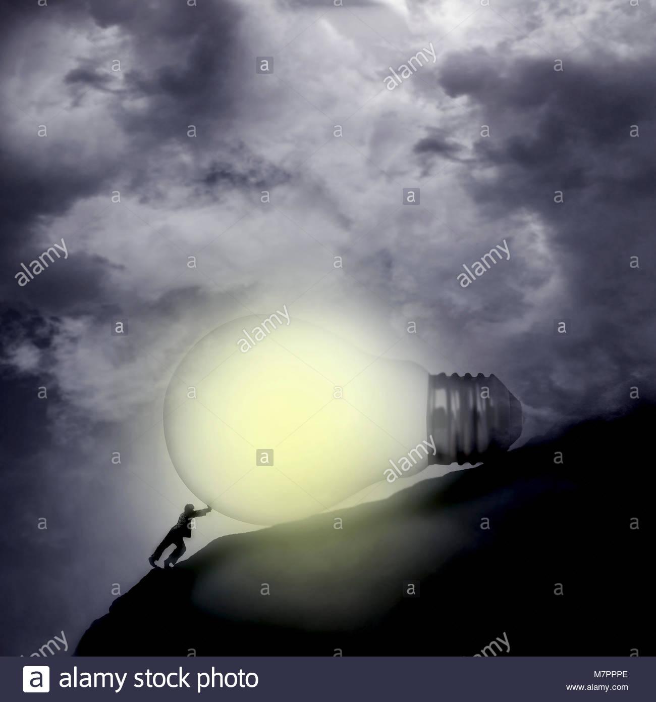 Empresario empujando la bombilla iluminada empinada colina arriba Imagen De Stock
