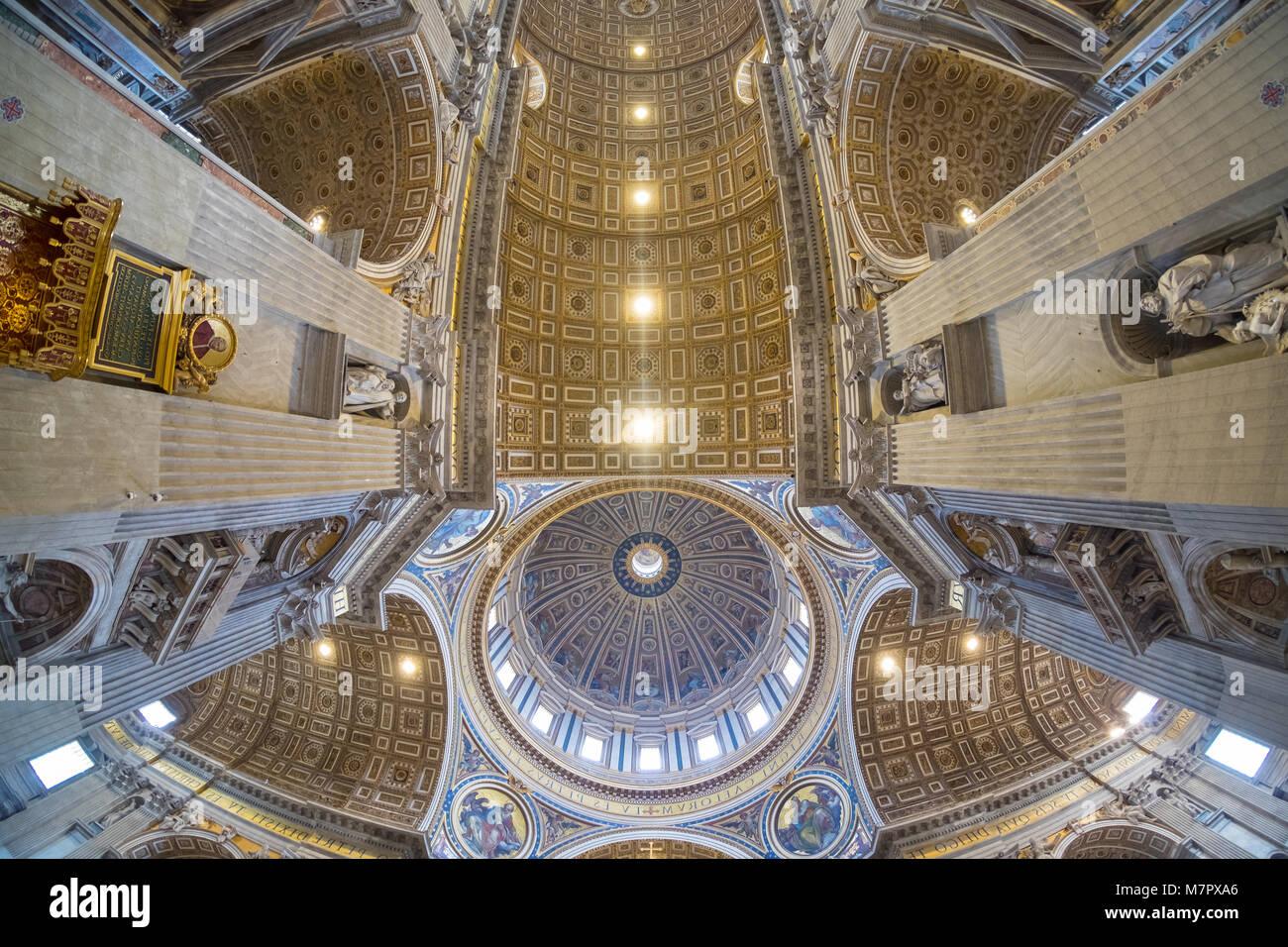 El techo de la Basílica de San Pedro en el Vaticano, Roma, lente gran angular ver Imagen De Stock