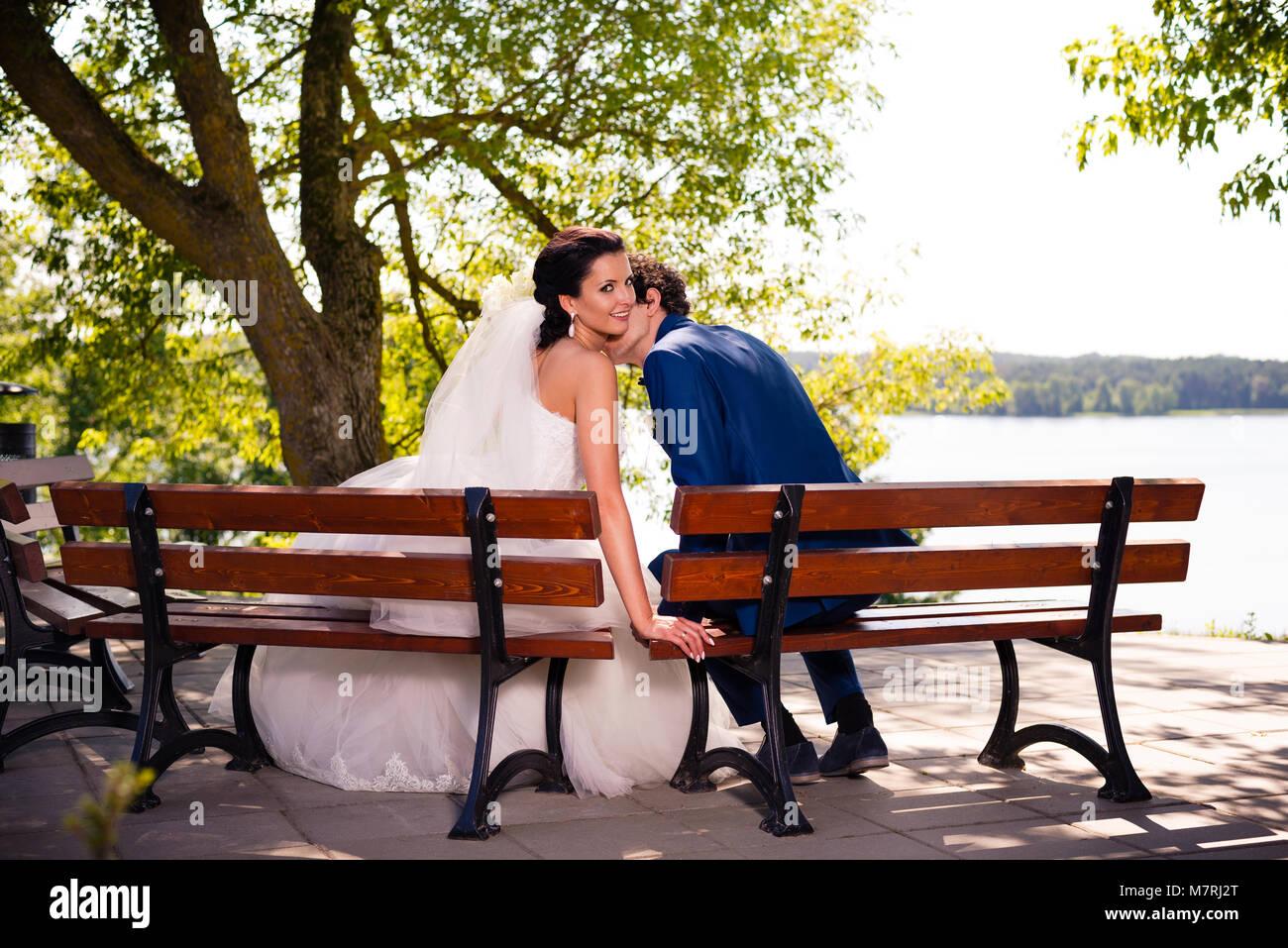 Pareja de recién casados en un paseo en el parque Imagen De Stock