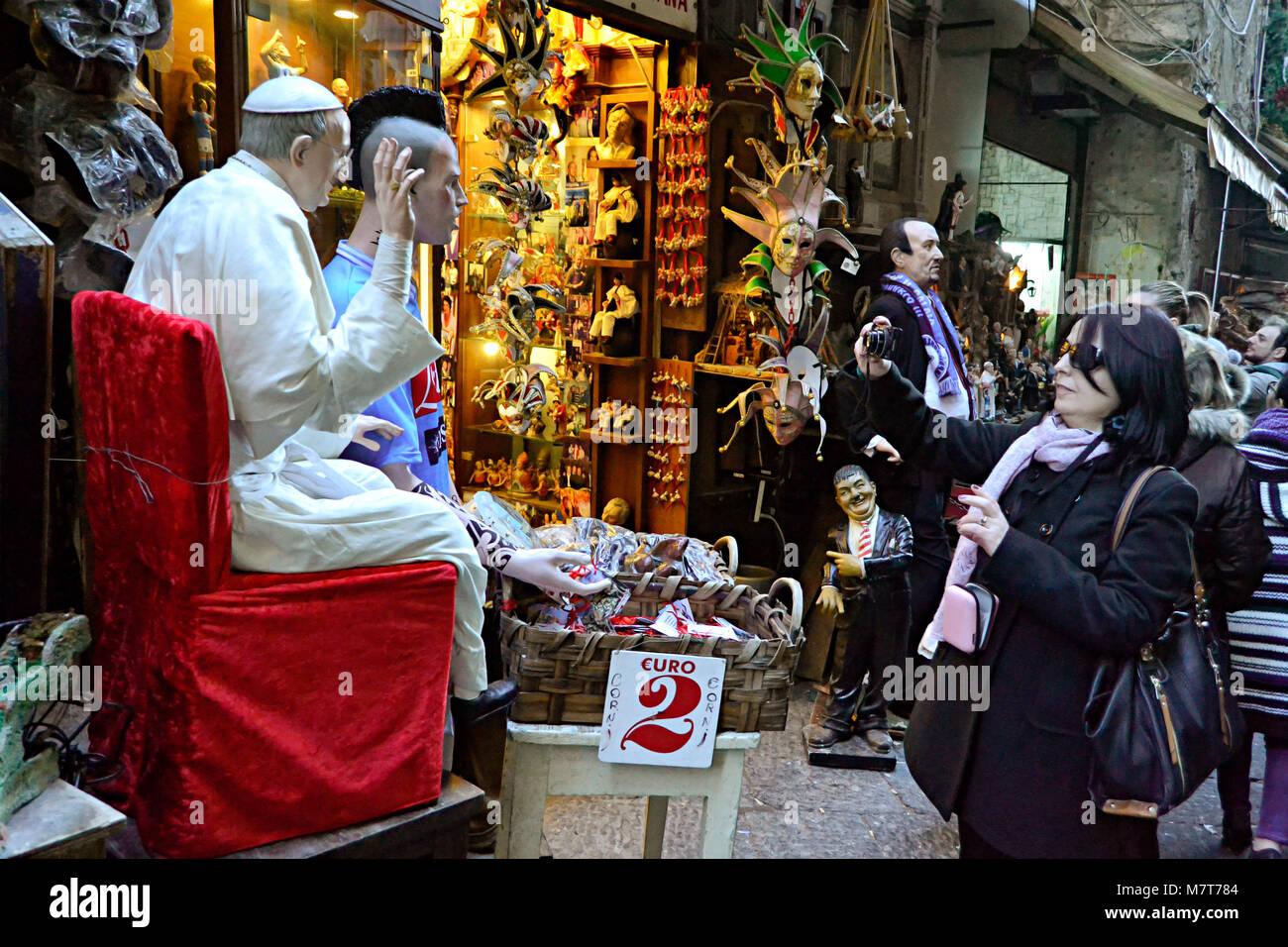 Via San Gregorio Armeno Imágenes De Stock   Via San Gregorio Armeno ... 94cdf105b0b3d
