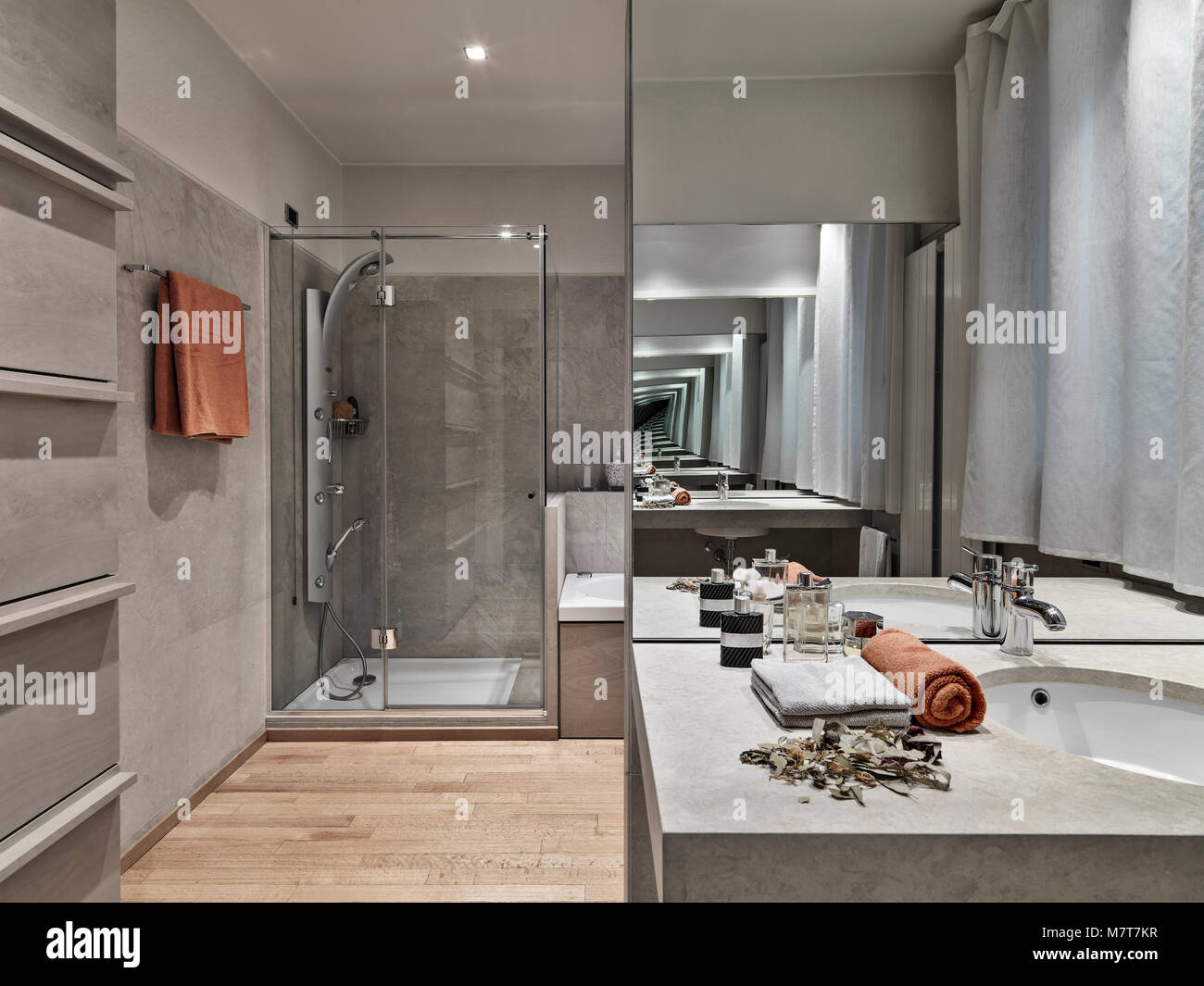 Fotografías de interiores de un cuarto de baño moderno en ...