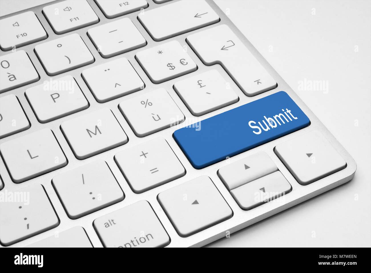Botón Enviar azul en un teclado blanco Imagen De Stock