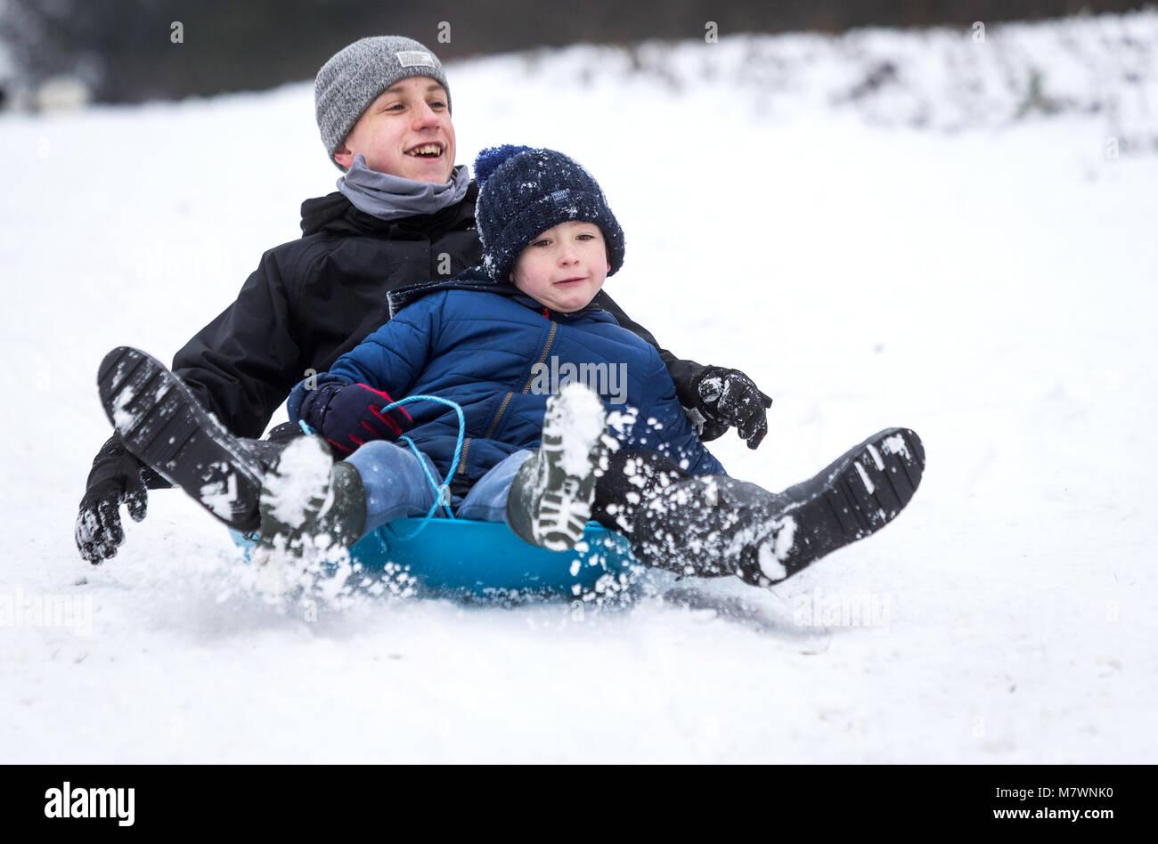 Ninos Jugando En La Nieve En New Forest Hampshire Reino Unido Foto