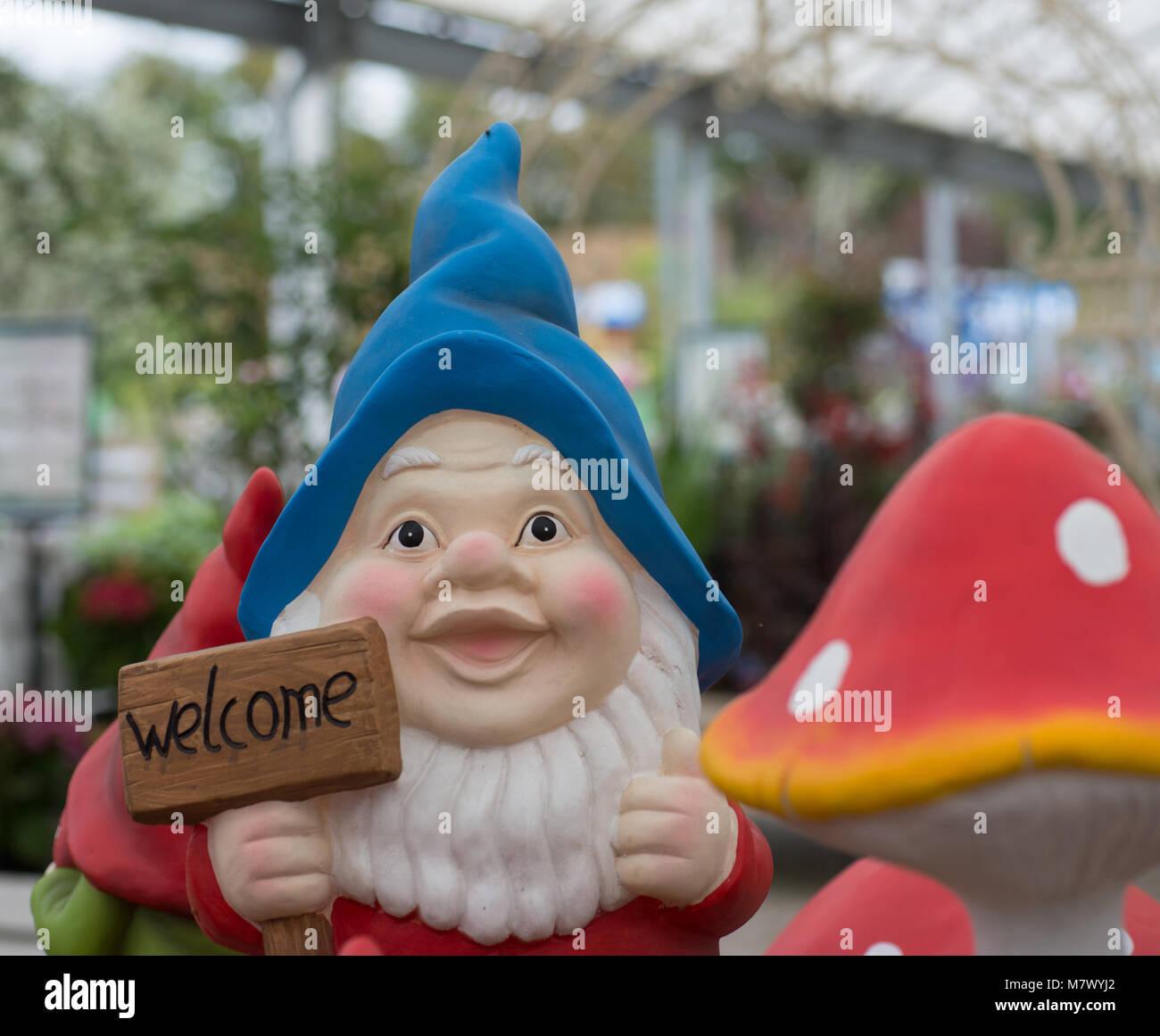 Un Bienvenida Jardín Con Gnome Sombrero Cartel Azul Inglés De Pqtgq1w