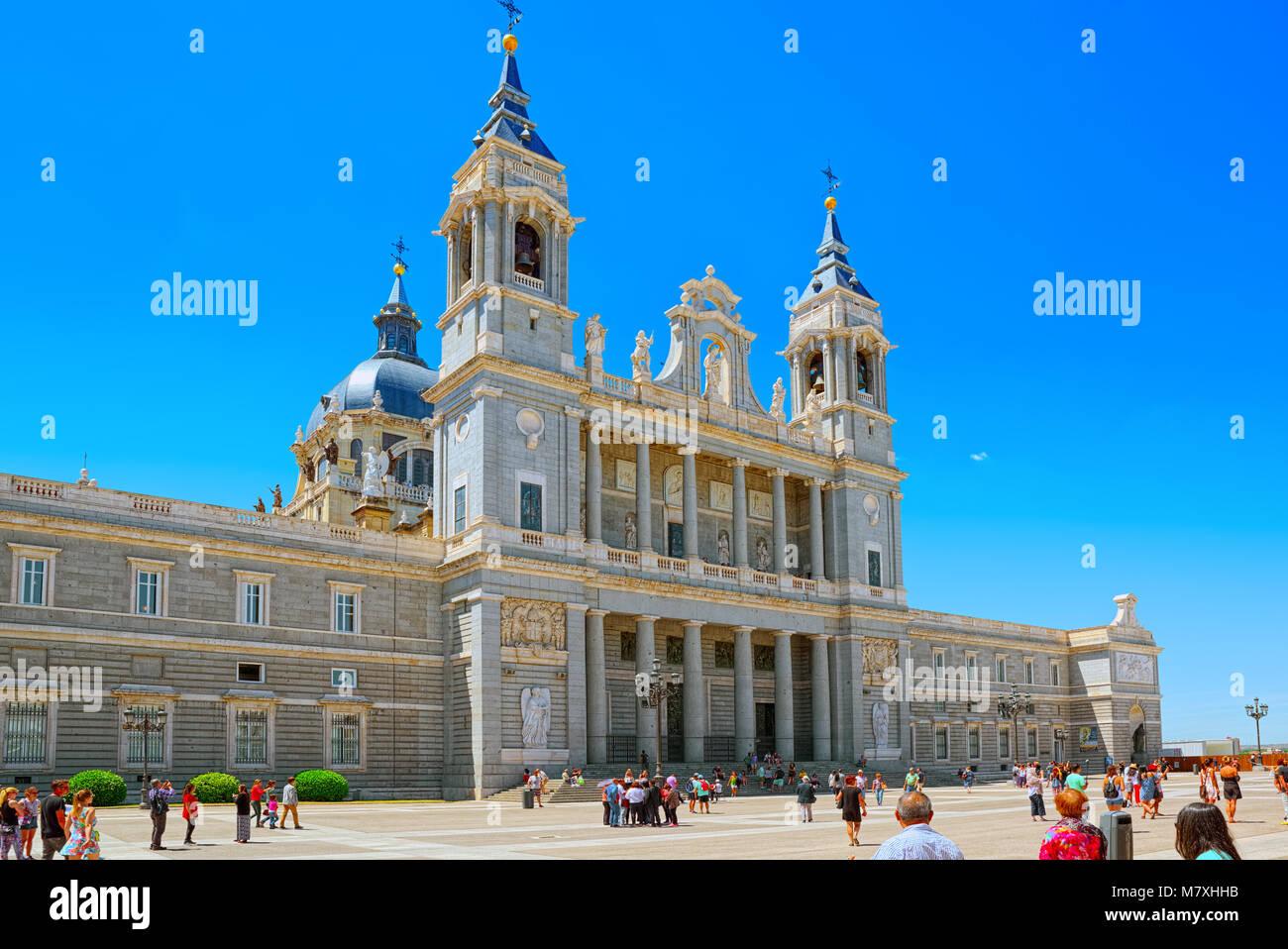 Madrid, España - Junio 05, 2017 : La Catedral de La Almudena (Catedral de Santa María la Real de la Almudena) Imagen De Stock