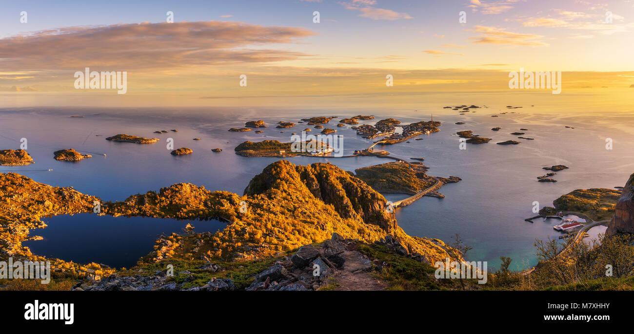 Vista desde el monte Festvagtinden por encima de la aldea de Henningsvaer, Noruega Imagen De Stock