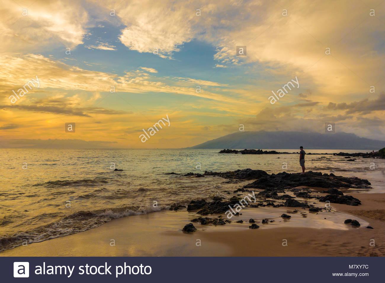 Tropical sunset en Kamaole Beach Park 3 en la playa y el Océano Pacífico en la isla de Maui en el estado de Hawaii, EE.UU. Foto de stock