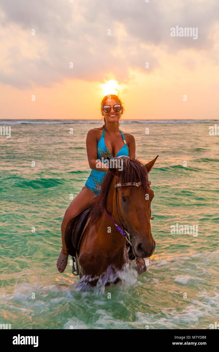 De Horse Imágenes In Bikini Riding Girl Stockamp; dCWQxoErBe