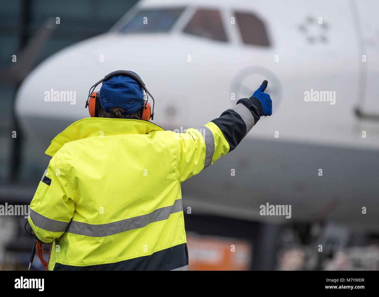 08 de marzo de 2018, Alemania, Frankfurt: Sabrina Boock, encargado de las operaciones de manipulación de tierra, Imagen De Stock
