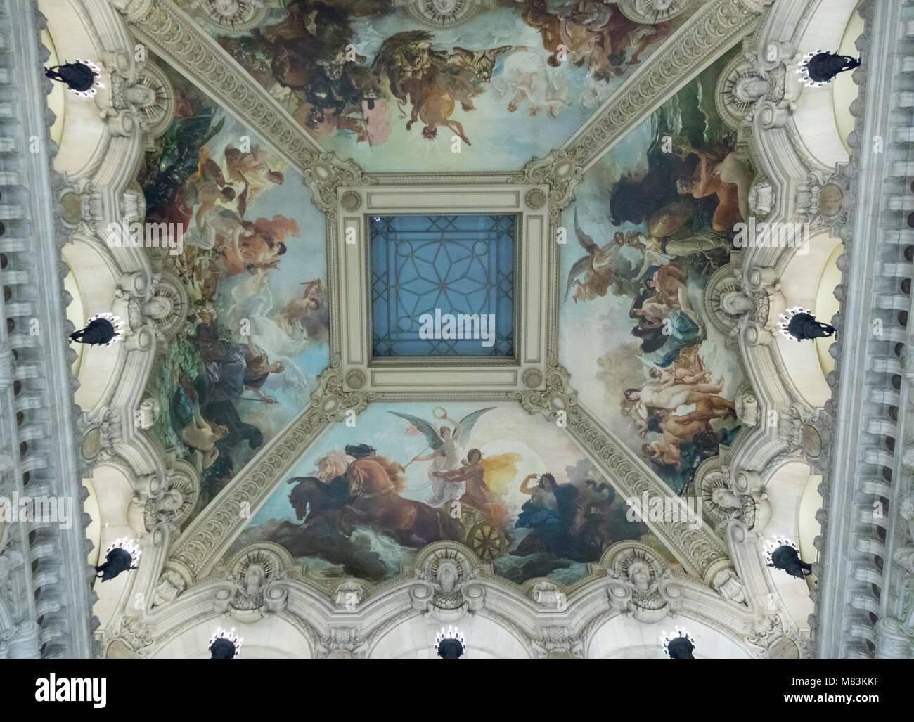 Techo pintado por encima de la gran escalera, Garner Opera, Paris, Francia Imagen De Stock
