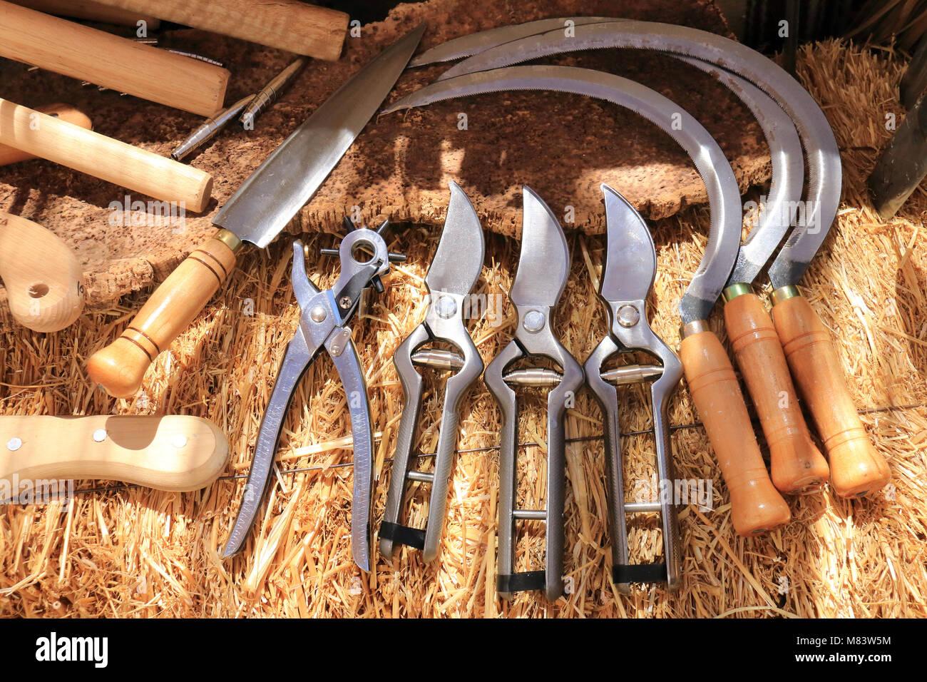 Herramientas agrícolas expuestos sobre un fardo de heno Foto de stock
