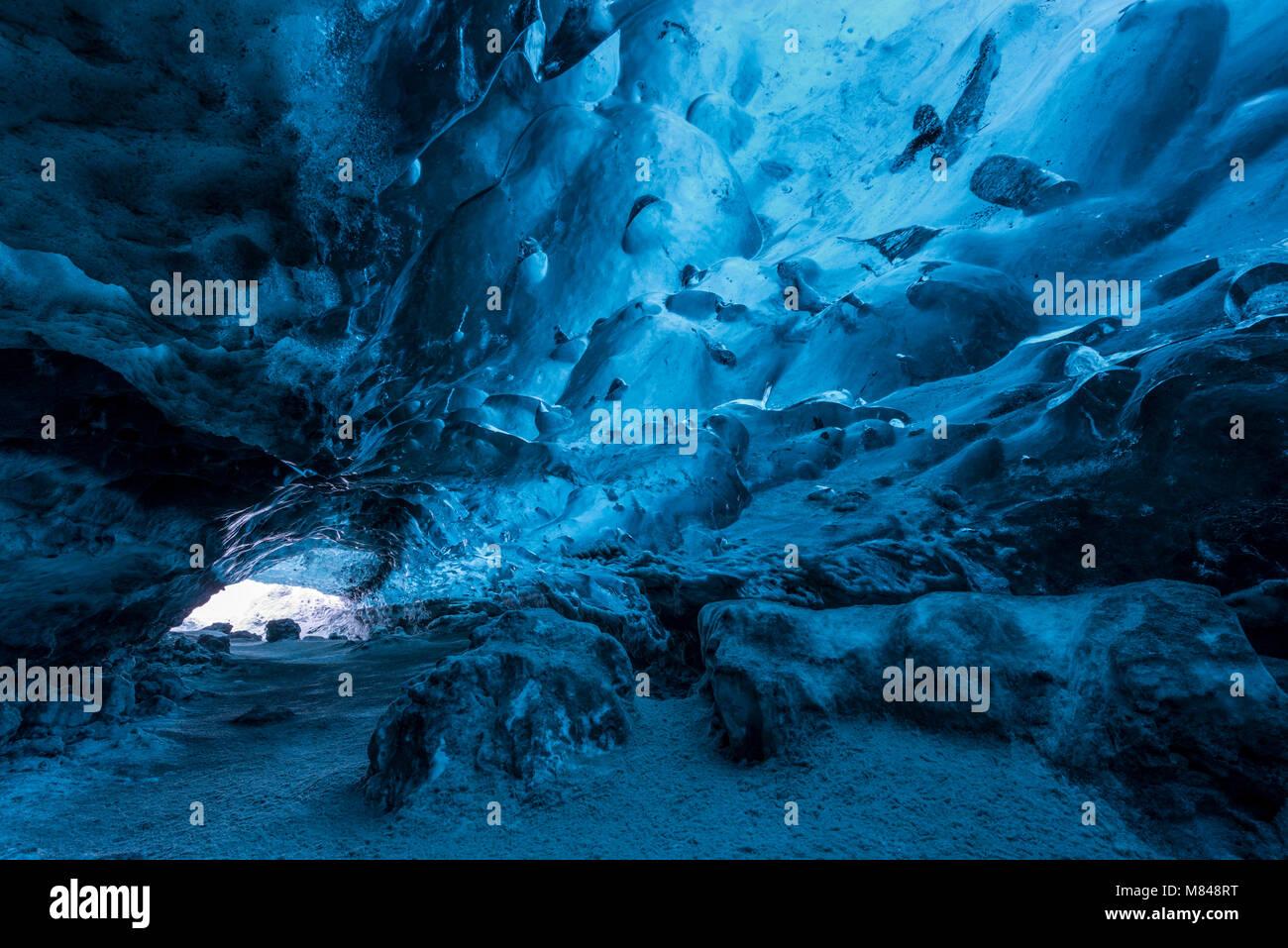 Cueva de hielo debajo de un glaciar, Islandia, Europa. Invierno (enero de 2017). Foto de stock