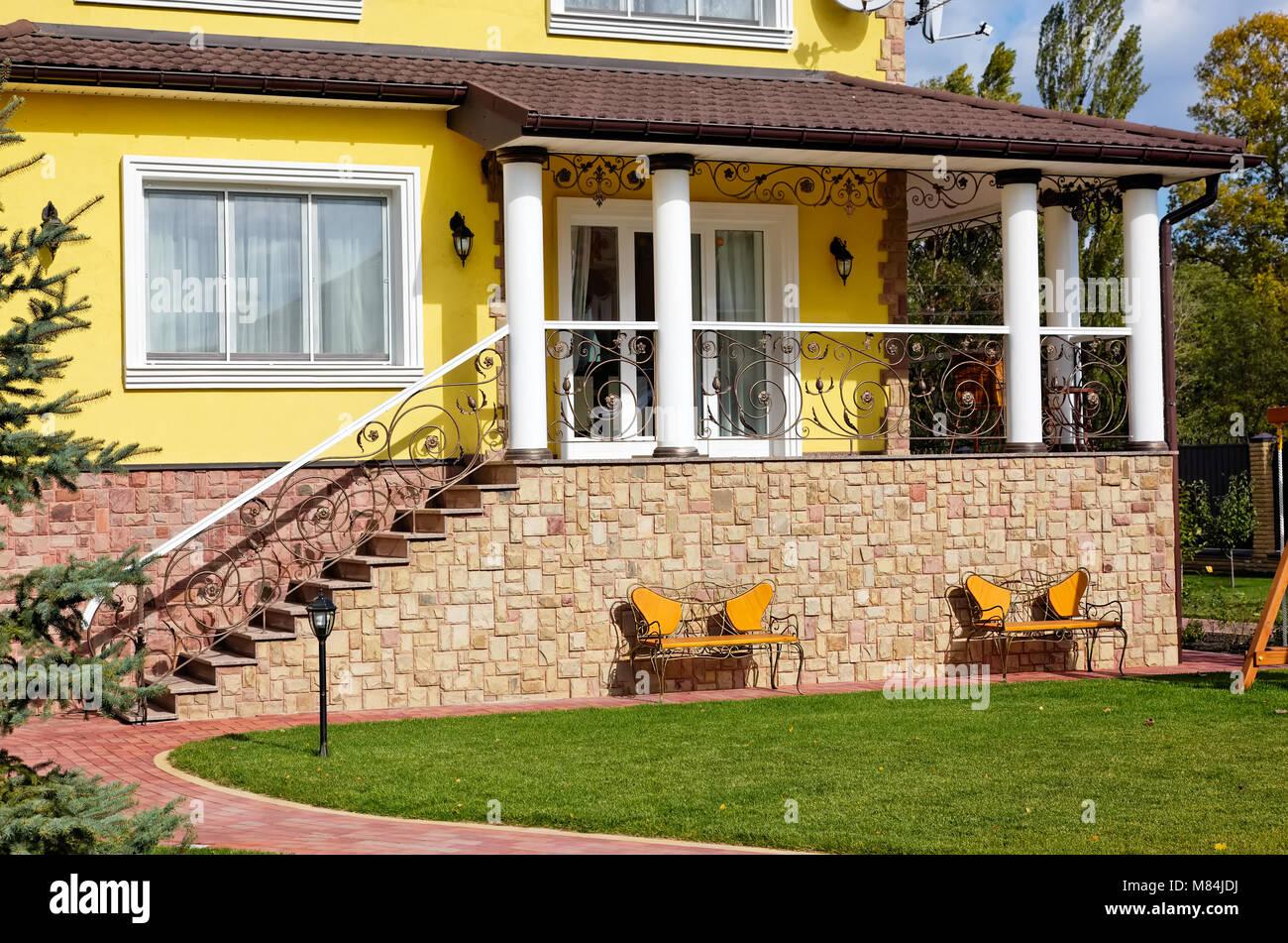 Exterior De Casa De Lujo Con Terraza Patio Verde Y Hermosos