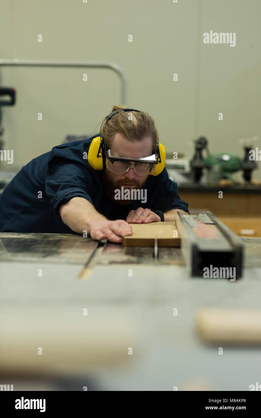Carpintero macho la medición de madera Imagen De Stock