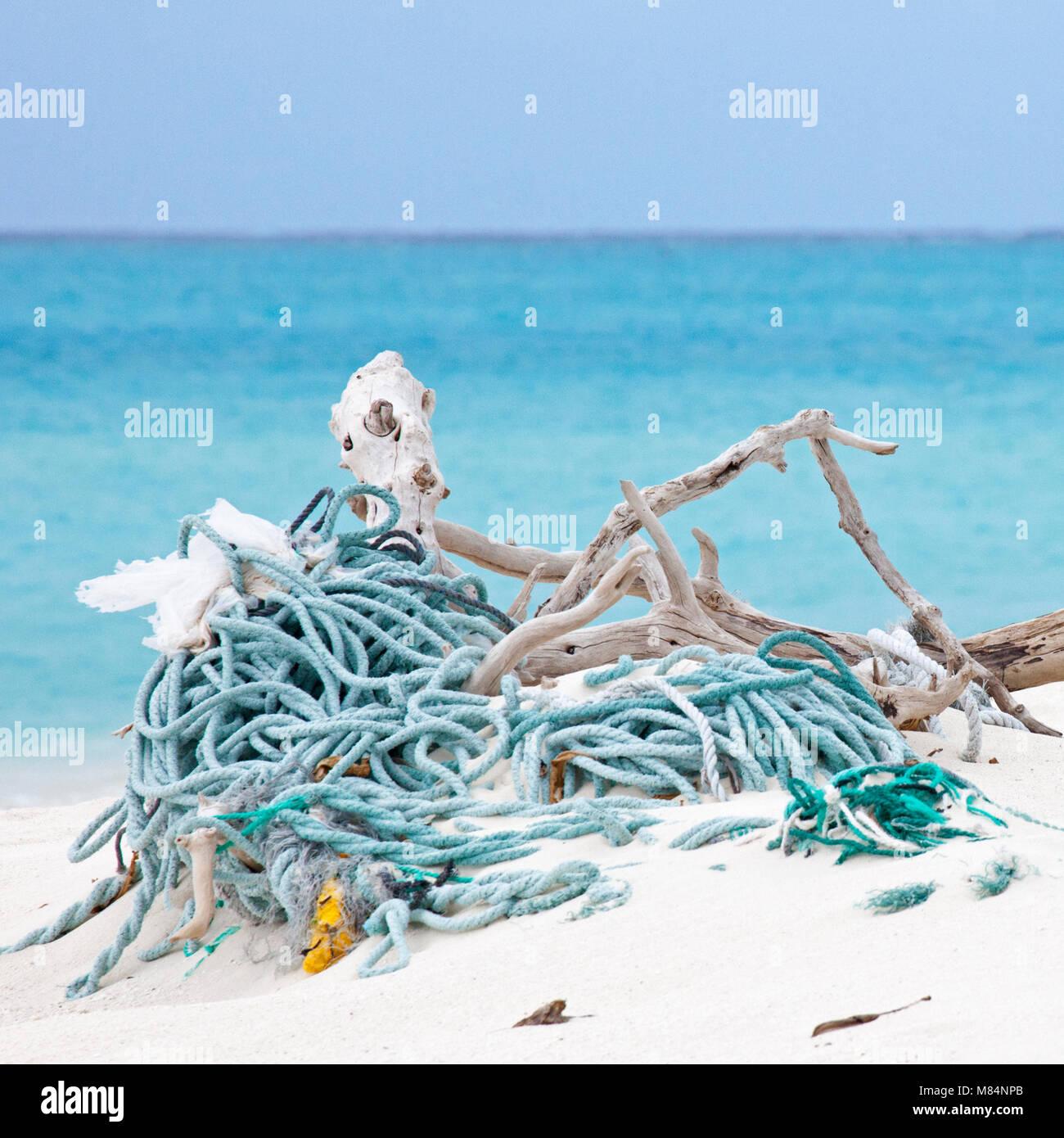 Cuerdas y redes arrastrado en una isla del Pacífico Norte Foto de stock