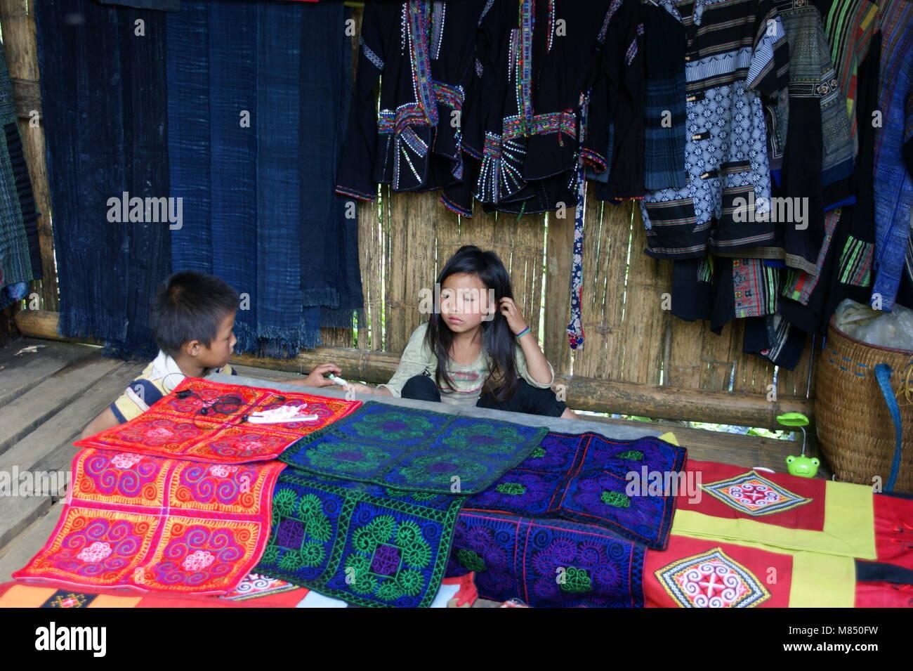 Los niños vietnamitas en la tienda de recuerdos de sus padres. Los representantes de las minorías nacionales Imagen De Stock