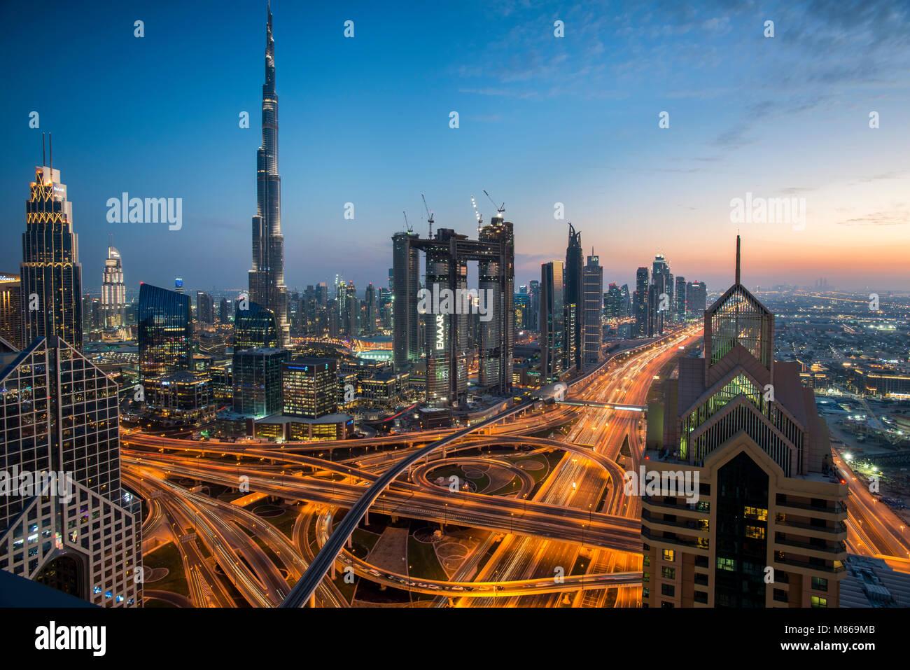 Paisajes urbanos de día y de noche, con Singapur o Dubai. Para Singapur, con Marina Bay Sands por el puerto. Imagen De Stock