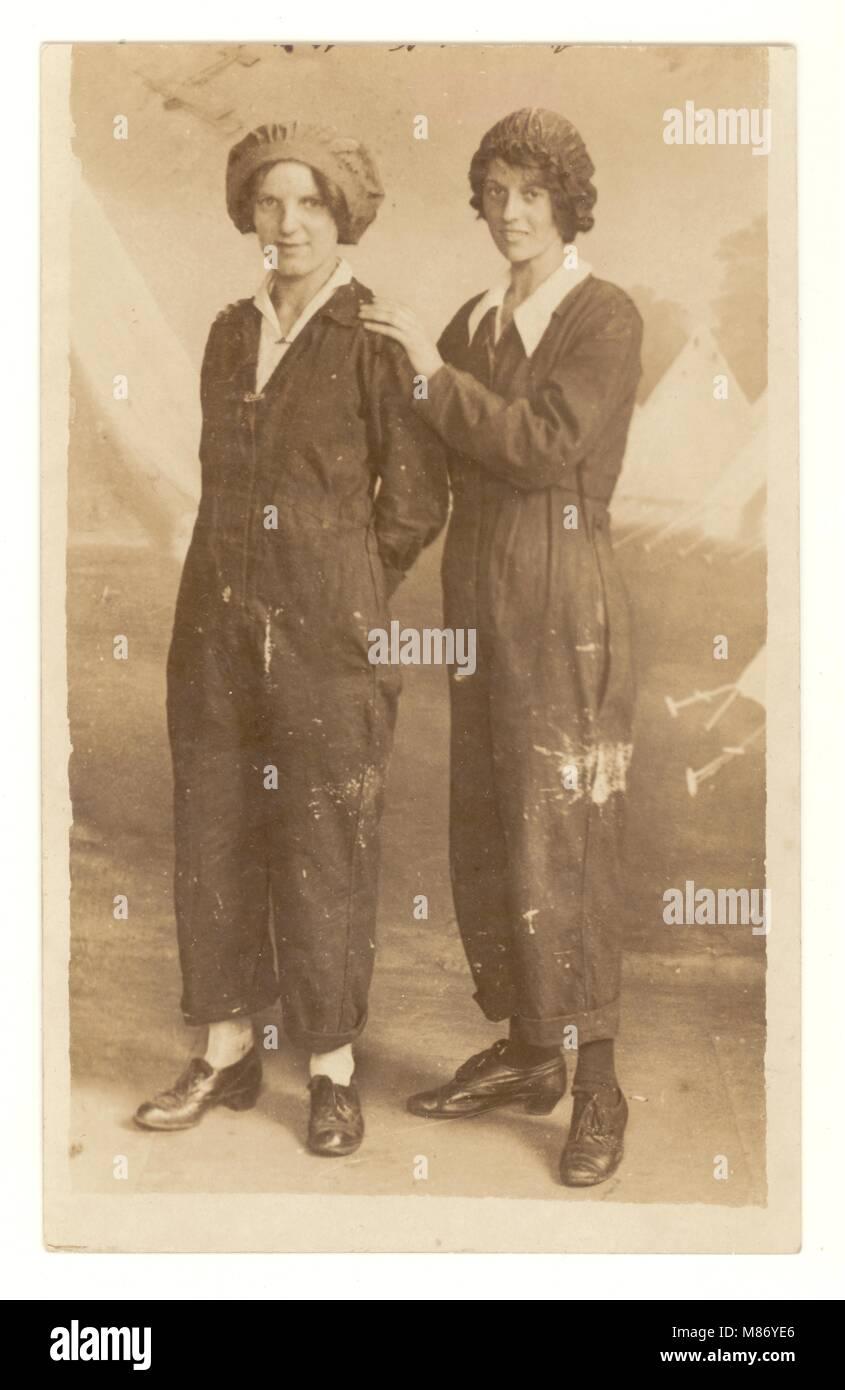 WW1 era (la Gran Guerra) postal de 2 atractiva mujer feliz 'munitionettes' posiblemente la fábrica Imagen De Stock