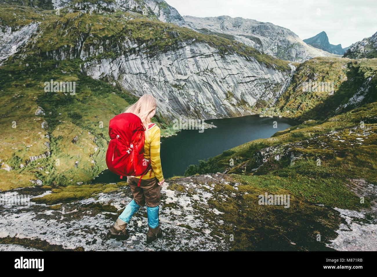 Mujer caminante con mochila trekking en las montañas lago Viaje saludable estilo de vida concepto de aventura Imagen De Stock