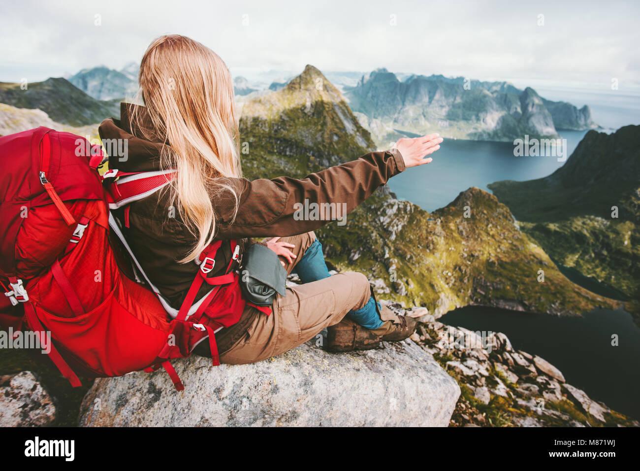 Mujer viajero admirando el paisaje de montaña noruega viajar concepto de aventura en el estilo de vida activo Imagen De Stock