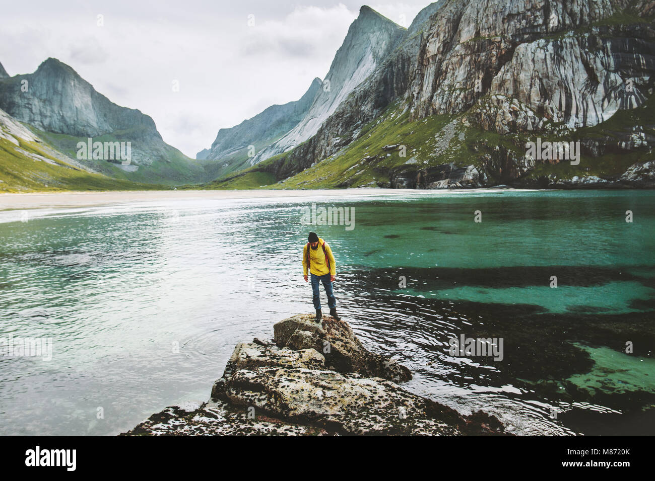 Viajero solitario hombre de pie en el mar viajes de piedra concepto de aventura en el estilo de vida de vacaciones Imagen De Stock