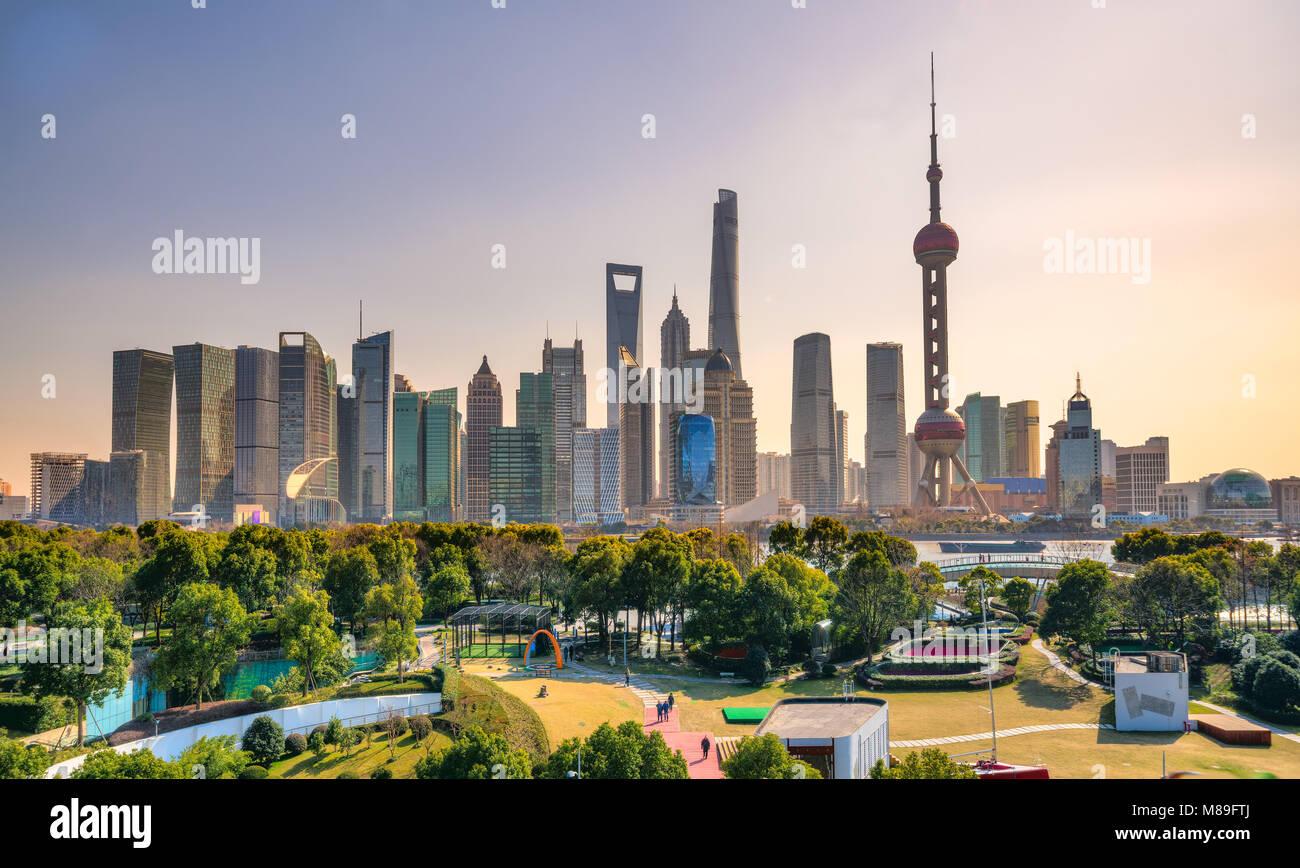El horizonte de la ciudad de Shanghai, vista de los rascacielos de Pudong y el Río Huangpu. China. Imagen De Stock