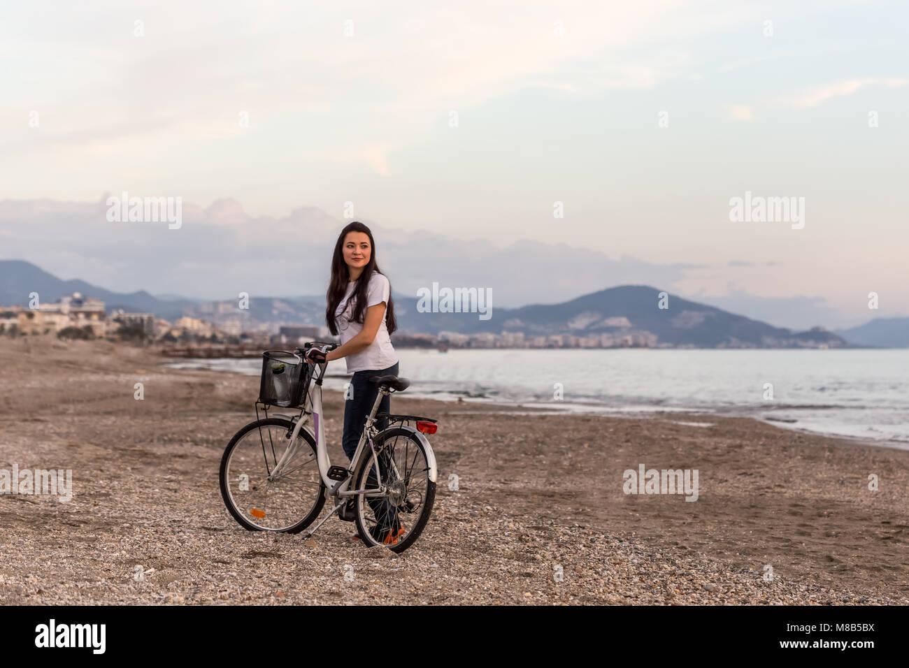 Estilo de vida saludable por el mar. Retrato de una longitud completa colocar mujeres en azul oscuro y blanco skinny Imagen De Stock