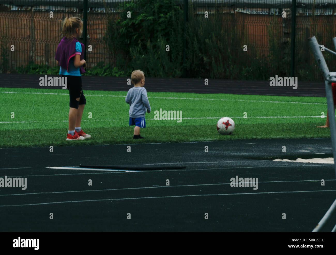 Nino Y Nina Estan Jugando Al Futbol En La Noche Glade Foto Imagen
