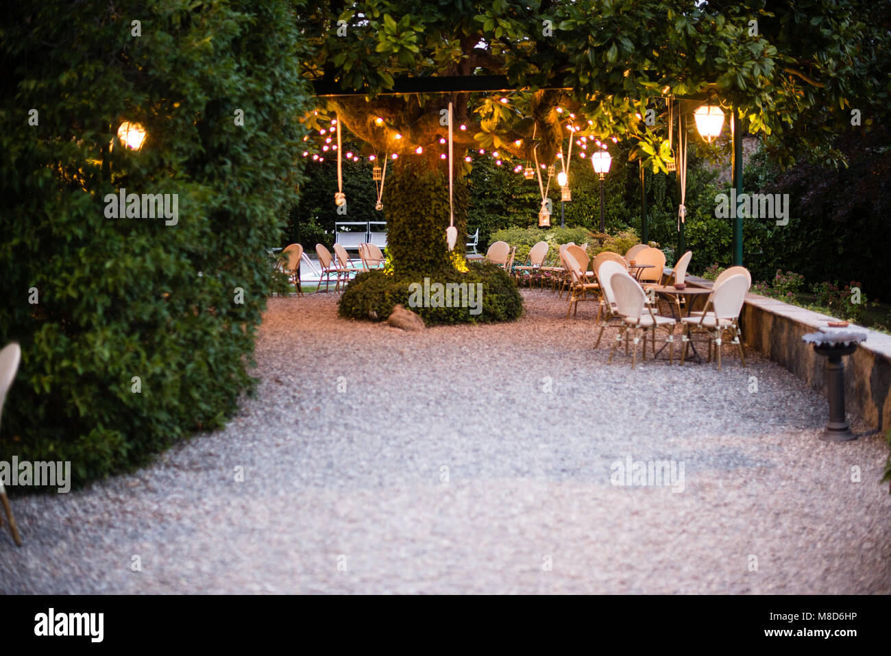 Villa con gran jardín con muchos árboles de magnolia farolillos y bombillas  de luz eléctrica colgando aa664dd5a15