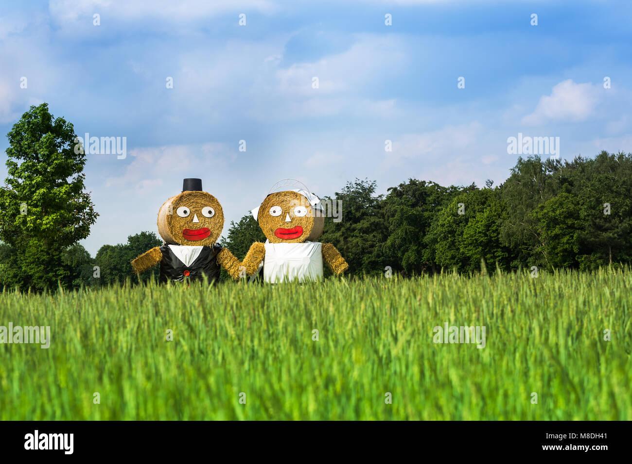 Muñecas de paja anunciando una boda - bastante pareja de novios Imagen De Stock