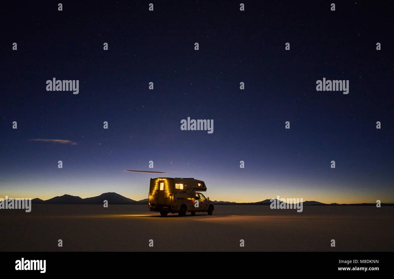Vehículo recreativo, viajando al anochecer, a través de salinas, el Salar de Uyuni, Uyuni, Oruro, Bolivia, Imagen De Stock
