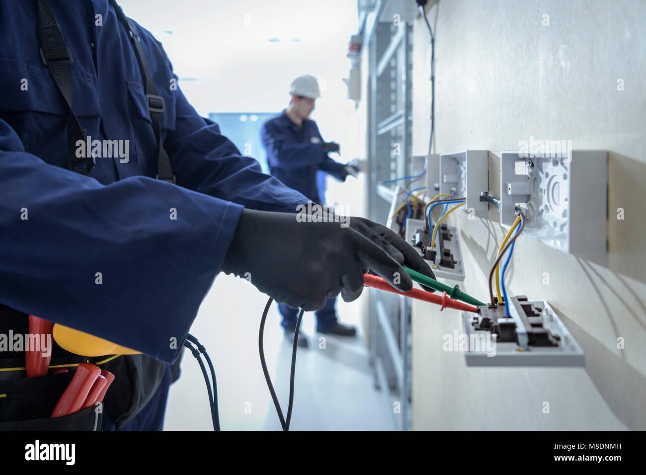 Los ingenieros eléctricos probando equipos eléctricos Foto de stock