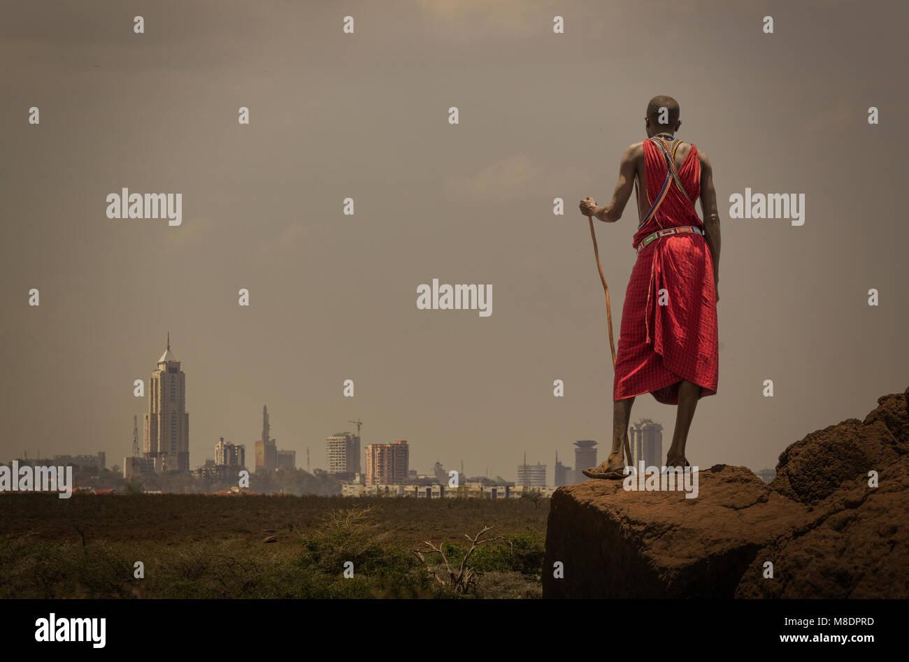 Masai hombre con traje tradicional del horizonte viendo Nairobi, Nairobi, Nairobi, Kenia Foto de stock
