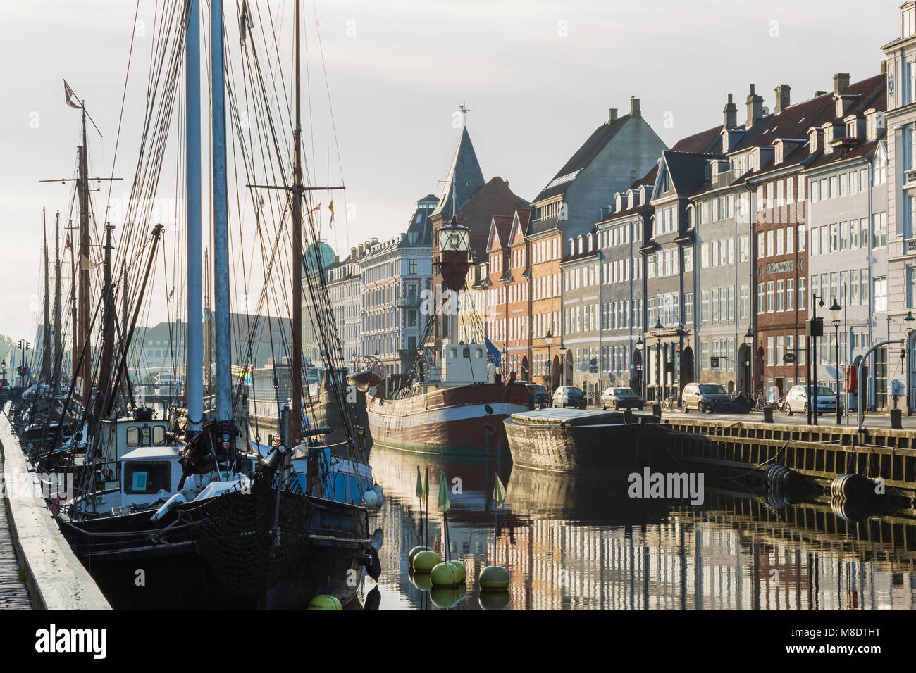 Amarrados los veleros y casas del siglo XVII en el canal de Nyhavn, Copenhague, Dinamarca Foto de stock
