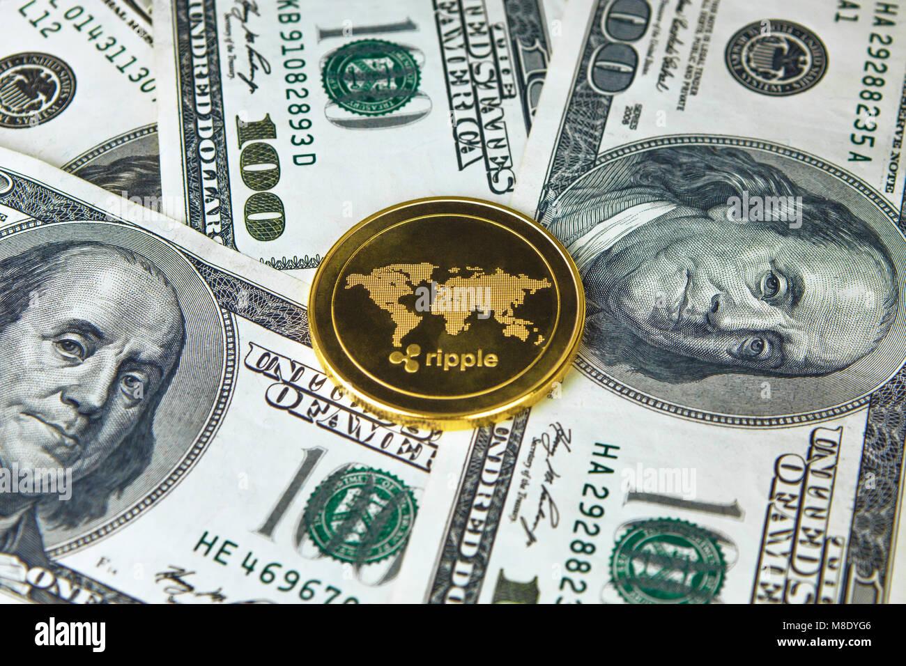 dinero negro sentado en la cara cerca de Reus