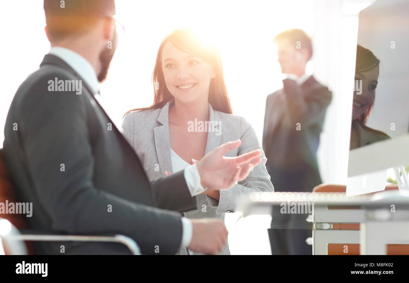 Gestor y el cliente están hablando en la oficina. Foto de stock