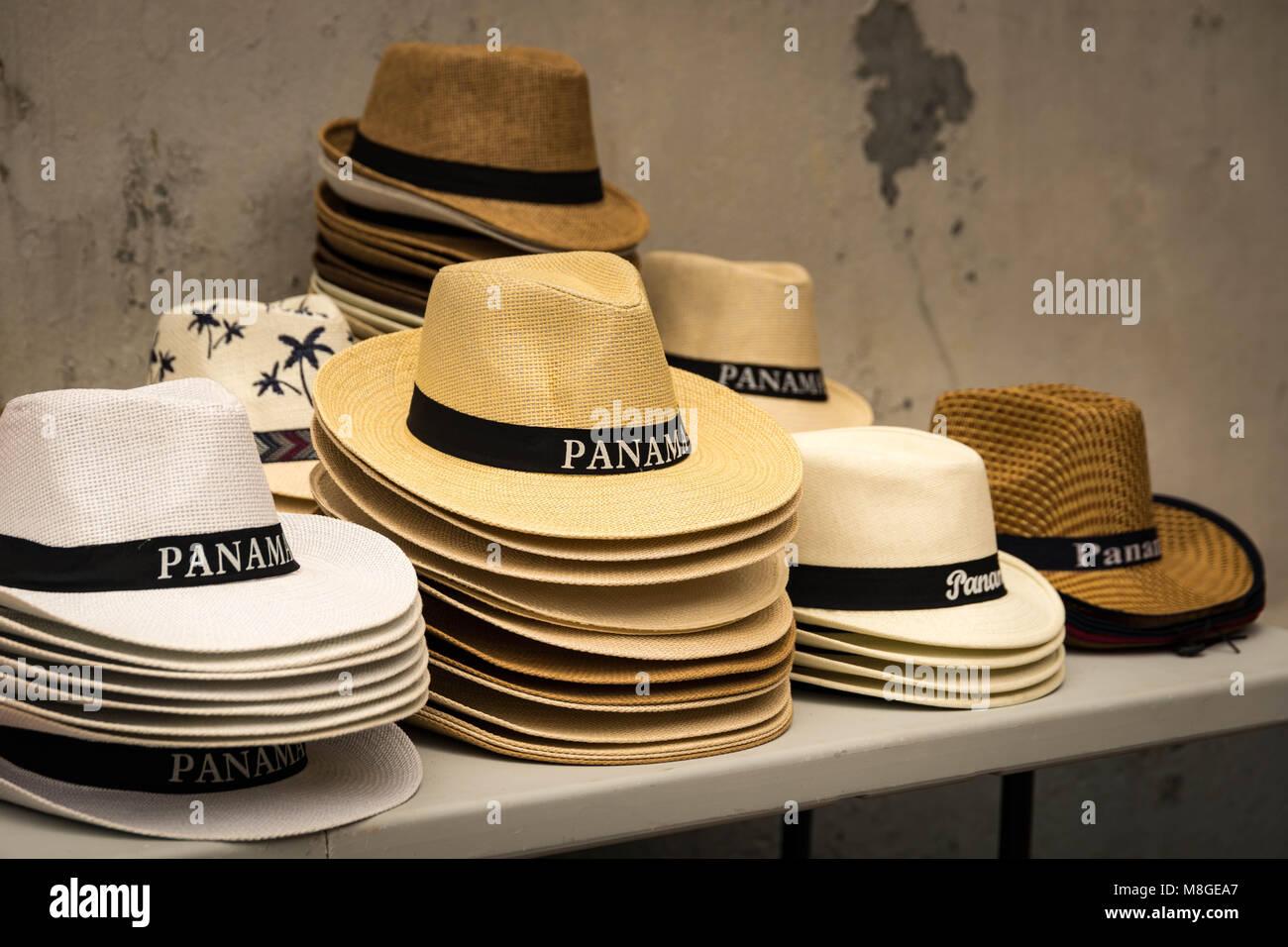 6540063cbab71 El ubicuo sombreros de Panamá para la venta a turistas en el Casco Viejo  Imagen De