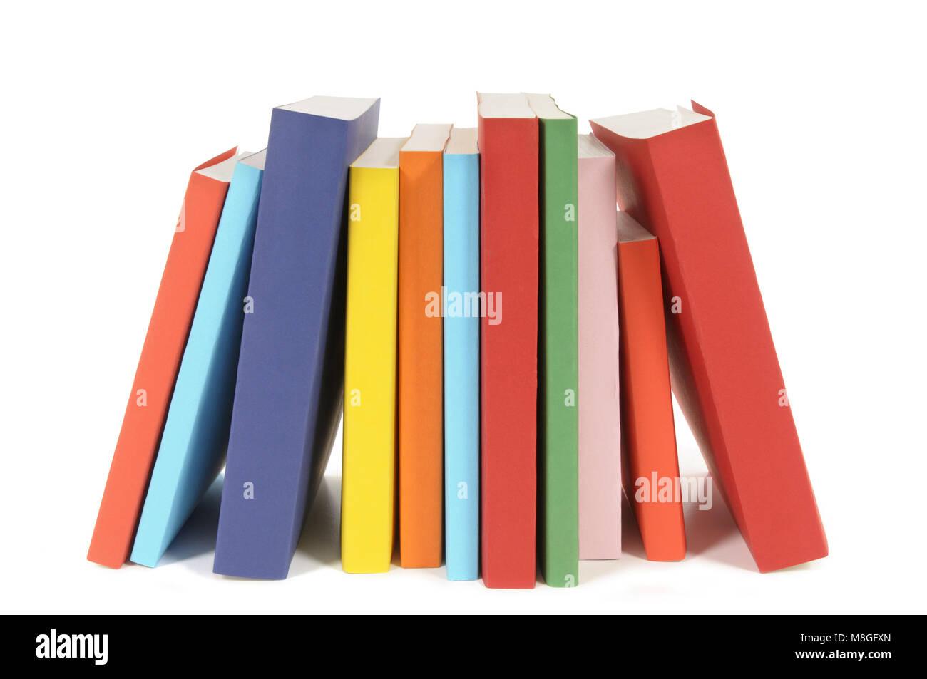 Fila de coloridos libros en rústica aislado sobre un fondo blanco ...