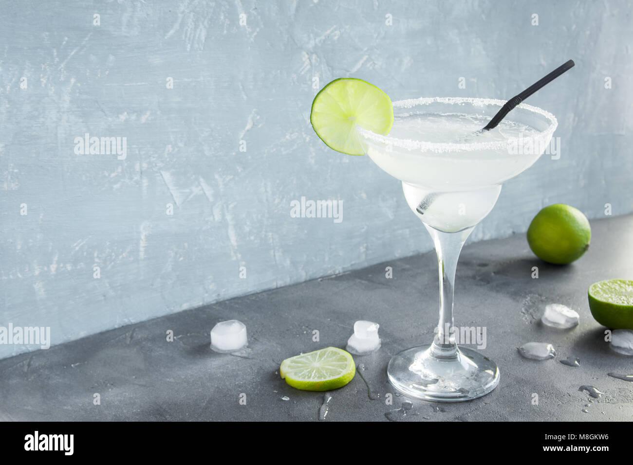 Margarita Сocktail con limón y hielo de hormigón gris de fondo, copia el espacio. Margarita clásica Imagen De Stock