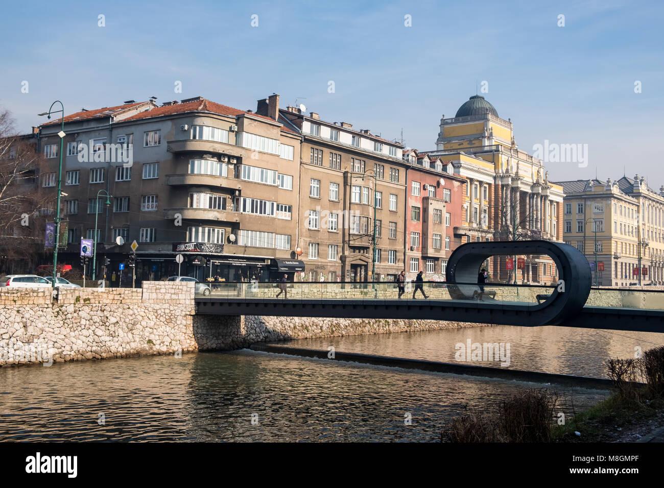 Sarajevo, Bosnia y Herzegovina - 27 Enero 2018 - Vista de Sarajevo y Festina lente puente sobre el río Miljacka, Imagen De Stock