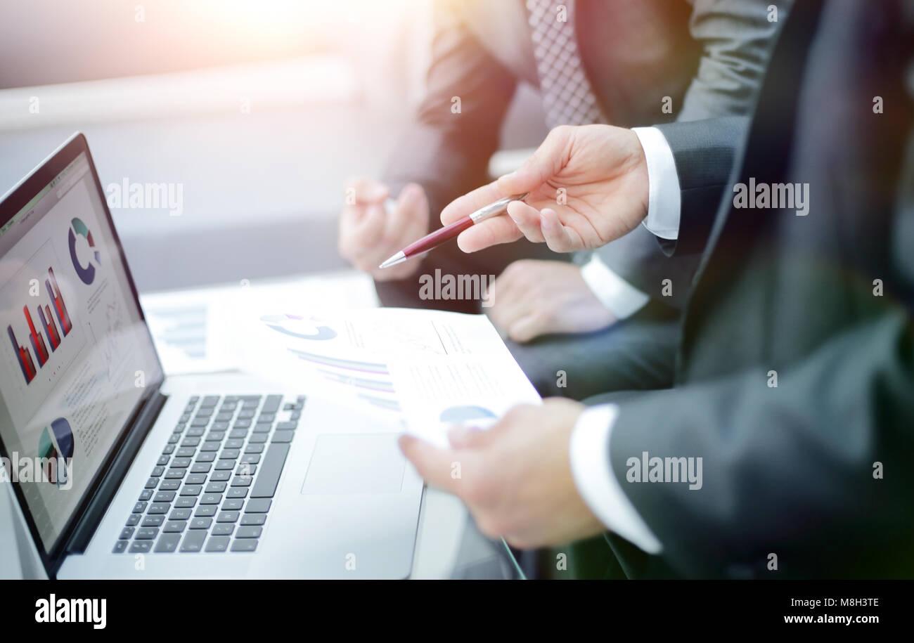 Equipo empresarial manos a la obra con informes financieros Foto de stock